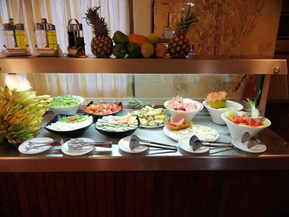 mesa de ensaladas del restaurante