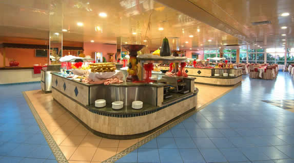 mesas de comida del restaurante buffet