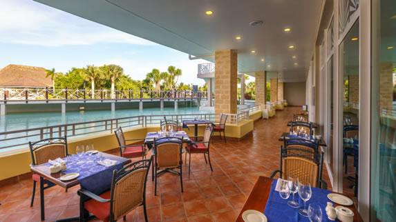 Restaurant overlooking the hotel pool