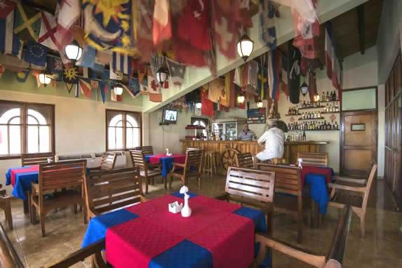 restaurante con mobiliario de madera y decoración