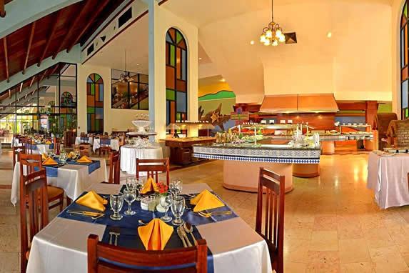 restaurante buffet con mesas de comida