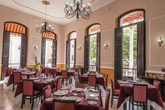 restaurante con mobiliario de madera y ventanales