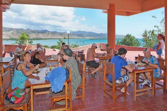 restaurante con hermosa vista a las montañas
