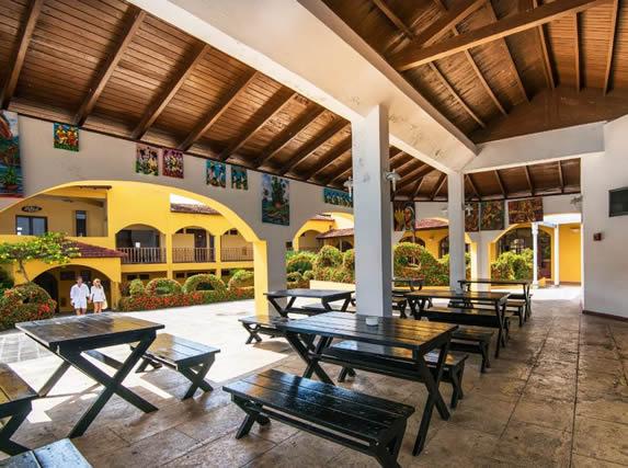 snack bar con mesas de picnic bajo techo de madera