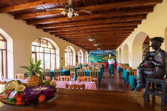restaurante con techo de madera y grandes ventanas
