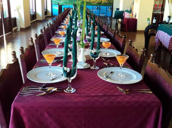 mesa de madera del restaurante con mantelería
