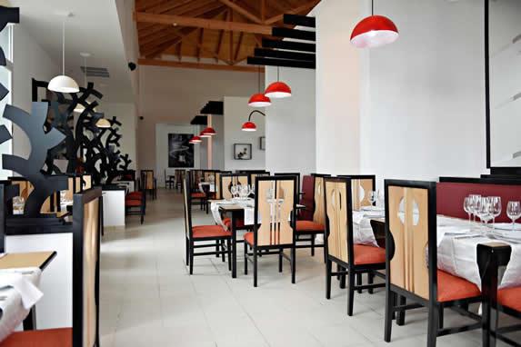 restaurante con mobiliario de madera y mantelería