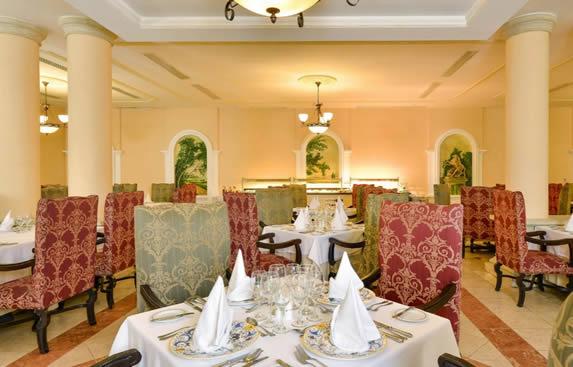 restaurante con mobiliario tapizado y mantelería