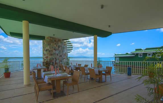 restaurante en terraza techada con vista al mar