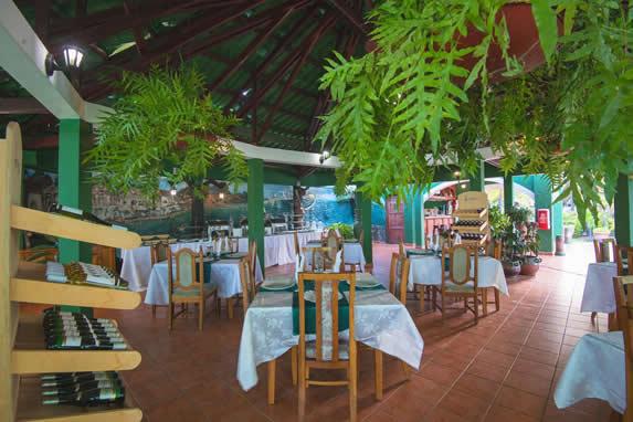 restaurante abierto con mobiliario de madera