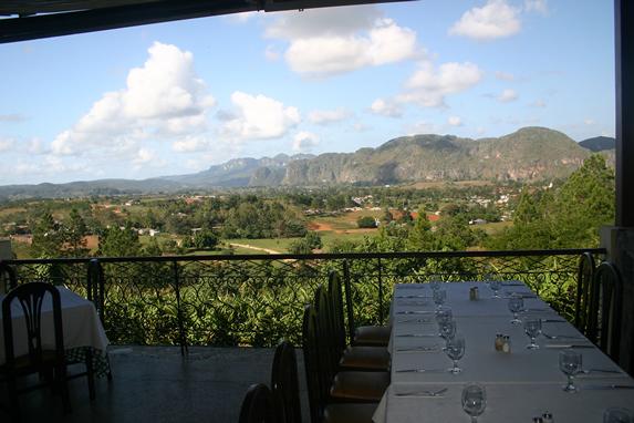 restaurante con balcón y vista a las montañas