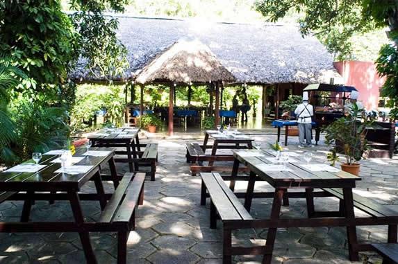 restaurante al aire libre con mesas de picnic