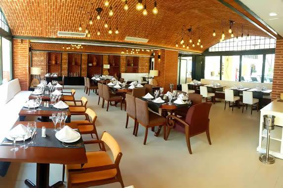 Mobiliario de madera en el restaurante del hotel