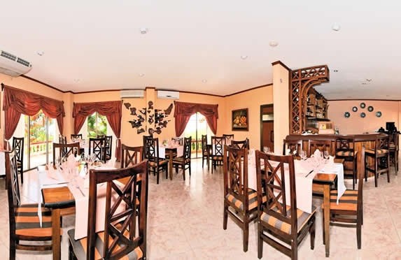 restaurante con mobiliario de madera