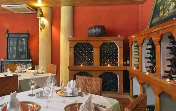 restaurante con muebles de madera y cava de vinos