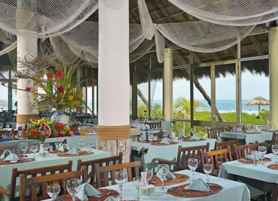 restaurante bajo techo de guano junto al mar
