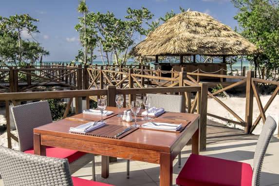 snack bar con mesas de madera al aire libre