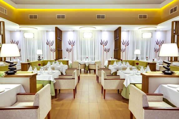 restaurante elegante con lámparas decorativas