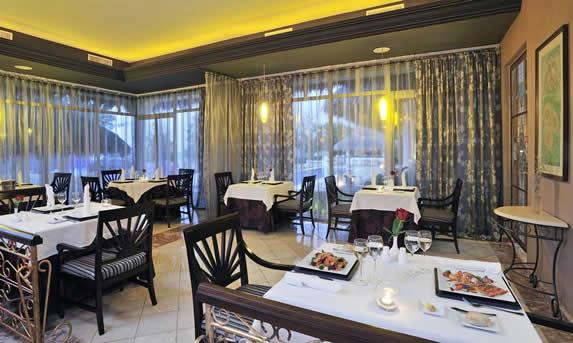 restaurante con mantelería y mobiliario de madera