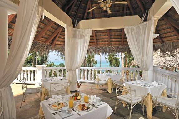 restaurante bajo techo de madera