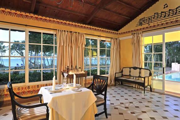 restaurante con mobiliario y techo de madera