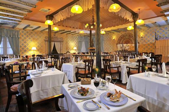 restaurante elegante con mantelería
