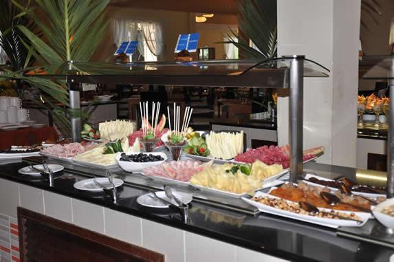 restaurante buffet con mesa de comida