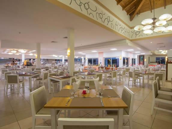 restaurante con mobiliario blanco y beige