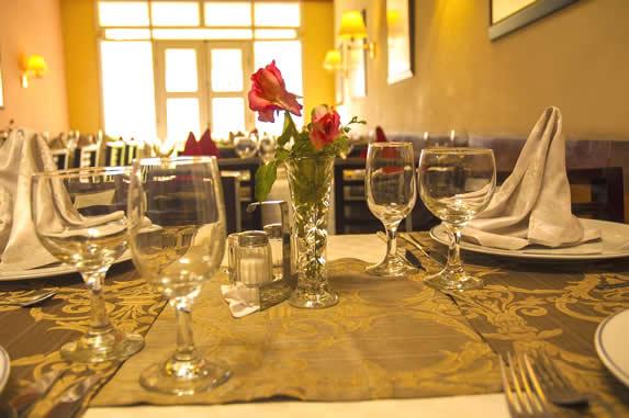 mesas de madera con mantelería del restaurante