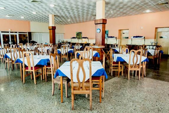 Restaurante con mobiliario de madera clara