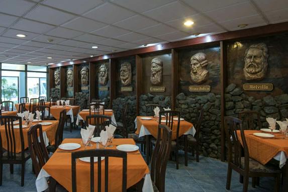 Pared de piedras en el restaurante del hotel