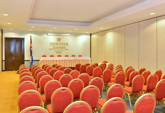 salón de reuniones con numerosos asientos
