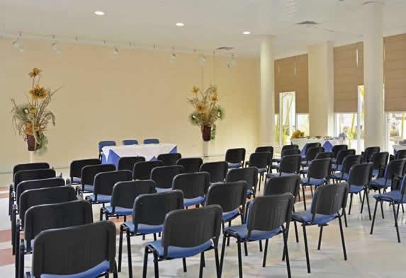 salón de reuniones con mobiliario de oficina