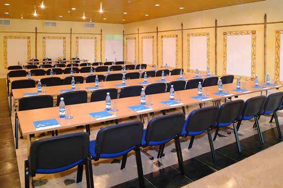 salón de reuniones con largos burós de madera