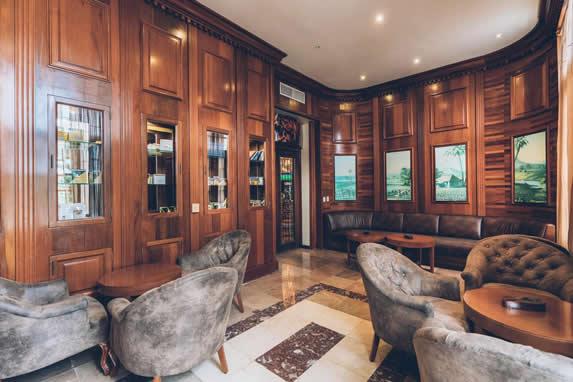 salón con butacas de piel y mobiliario de madera