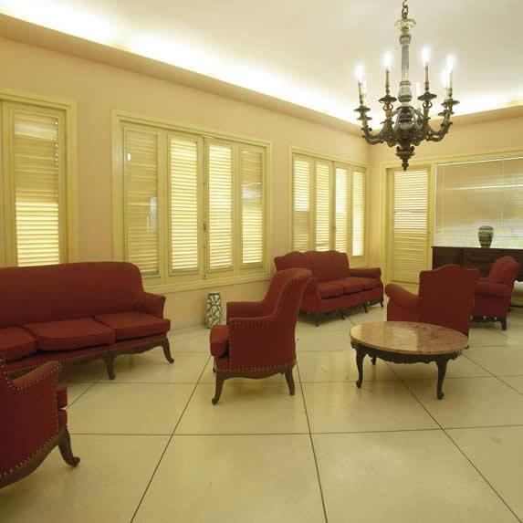 salón con mobiliario antiguo y lámpara colgante