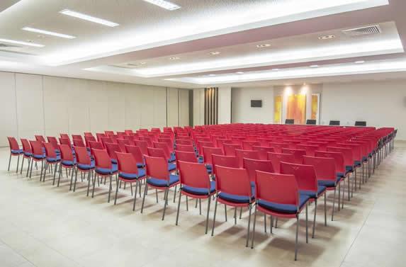 salón de conferencias con mobiliario rojo