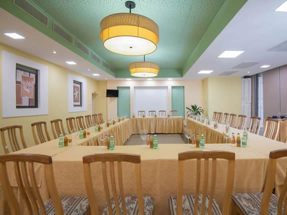 salón de reuniones con mobiliario de madera