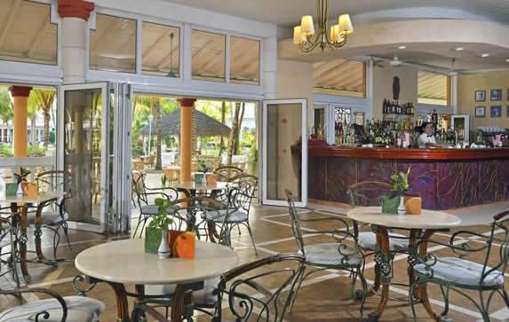 lobby bar con barra de madera