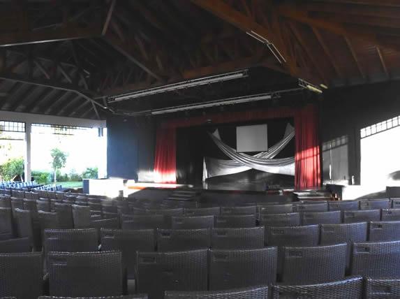 teatro con escenario y telón rojo