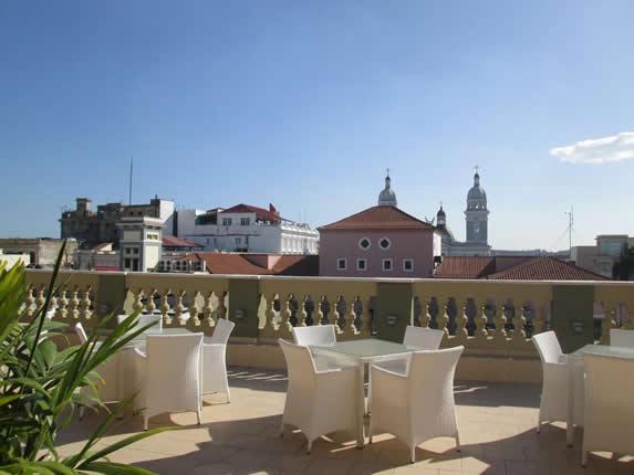 terraza con mobiliario para exteriores blanco