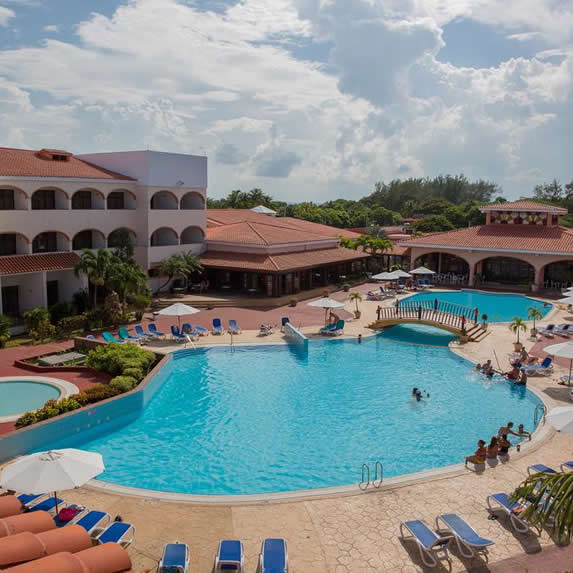 Vista aérea piscina del hotel Cuatro Palmas