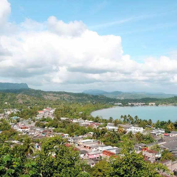 vista aérea del hotel rodeado de vegetación y mar