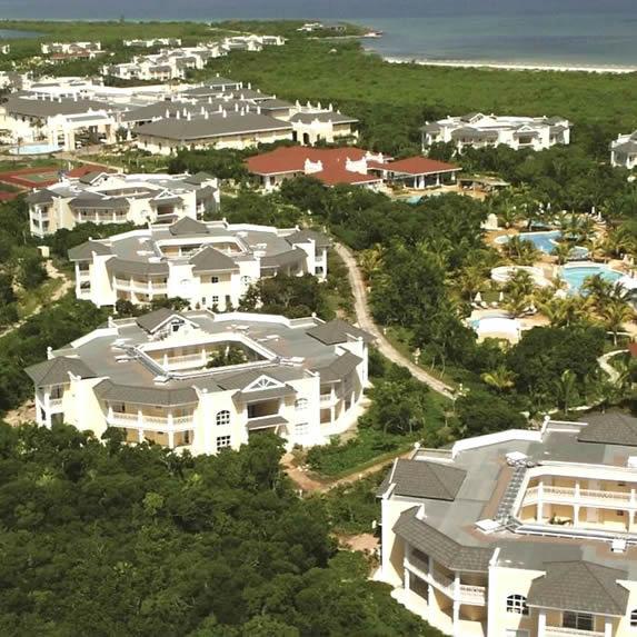 vista aérea del hotel rodeado de vegetación