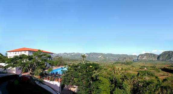 vista aérea del hotel rodeado de montañas