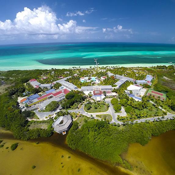 vista aérea del hotel junto al mar y la laguna