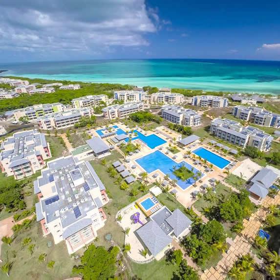 vista aérea del hotel con piscina junto al mar