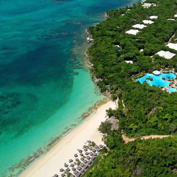 vista aérea del hotel junto al mar con vegetación