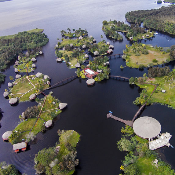 vista aérea del hotel y la laguna