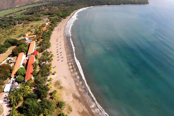 vista aérea del hotel junto a la costa